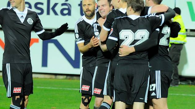 Rozhodnuto, radost hráčů Dynama po druhém gólu byla veliká.