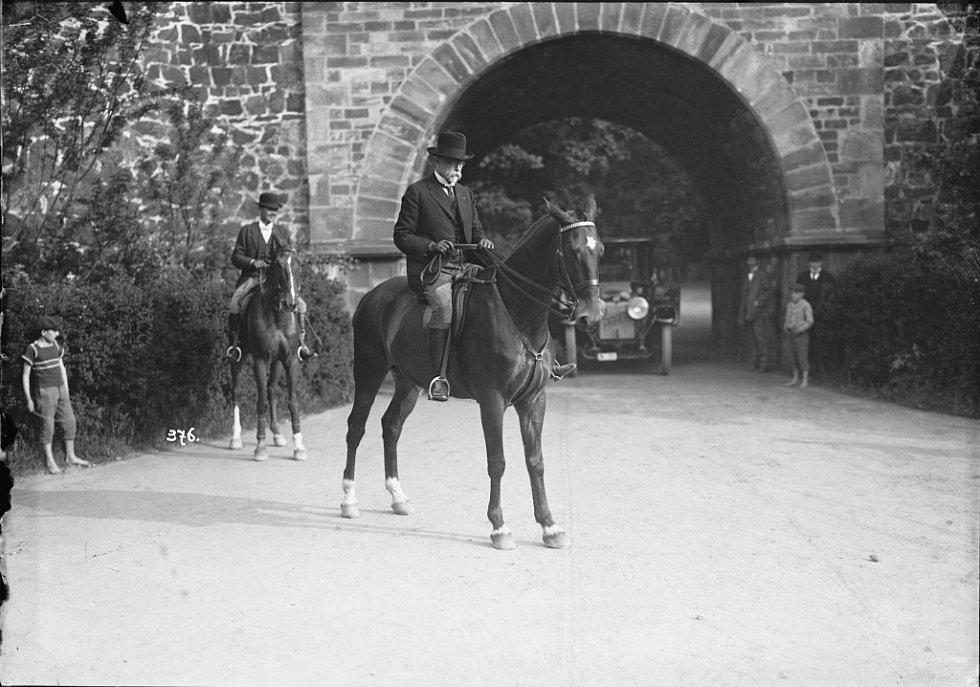 Národní muzeum fotografie v Jindřichově Hradci slaví 10 let a otevřelo 10 výstav, které potrvají do 30. září. Jedna z výstav se věnuje TGM, snímek TGM na projížďce.