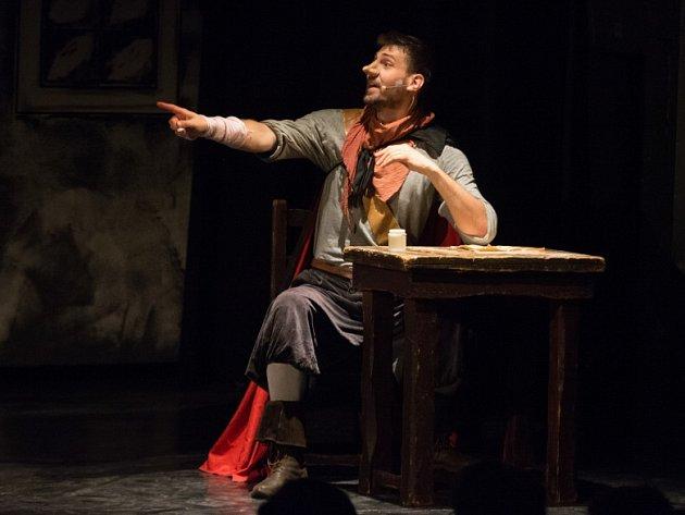 Studenti z Českých Budějovic zpracovali známou divadelní hru Cyrano z Bergeracu. Sklízí zasloužené ovace. Na snímku Tomáš Vávra jako Cyrano.