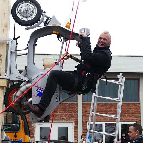 Stuntman na cestě po májce.