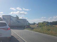 V pátek dopoledne došlo v Češnovicích k nehodě motocyklu a nákladního vozidla.