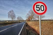 """Rychlý průjezd po nově rekonstruované silnici zpomaluje """"padesátka""""."""