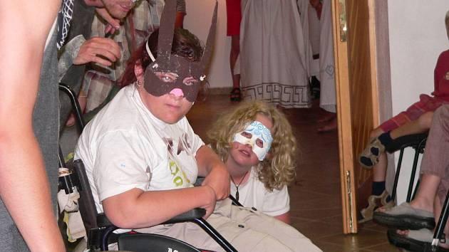 BOHABOJNÁ ZVĚŘ. Bajku o tom, jak se řecká zvířata naučila znát bohy, sehráli táborníci občanského sdružení Proutek navzdory svým handicapům opravdu bravurně.