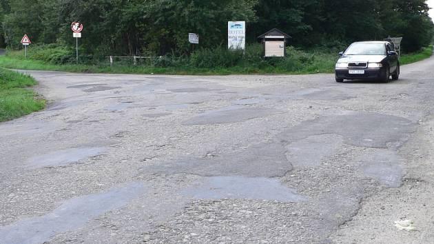 Část silnice od Horní Stropnice ale připomíná spíše špatně záplatovaný starý kabát.