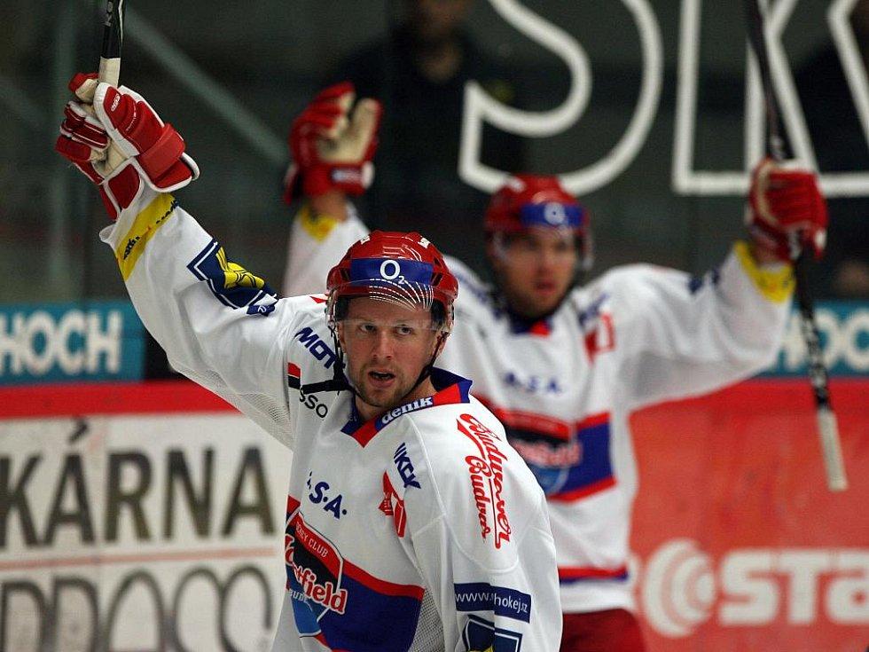 Střelec Ivan Huml a Michal Hudec se radují z druhého domácího gólu.
