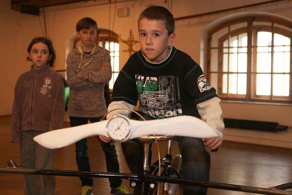 Písecká Sladovna nabízí novou výstavu Stroj času. Děti přenese do pravěku, antického Říma, za Kelty, do středověku, renesance i 19. a 20. století. Výstava potrvá do 26. dubna 2015. Velký zájem je mj. o kolo s vrtulí.