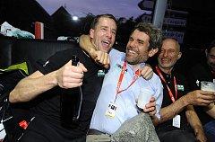 PŘÍMO v autobusu týmu Bora Hansgrohe slavil Adam Homolka (vlevo) s týmovým šéfem Ralphem Denkem úspěch na letošním Paříž - Roubaix.Vpravo sedí Wilhelm Bruckbauer, majitel společnosti Bora.
