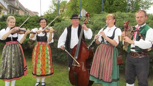 Sedm let už spolu vystupuje pětice členů Venkovské dudácké muziky Bedrník. Každoročně je možné zhlédnout jejich vystoupení třeba na tradičním Borůvkobraní nebo Selských slavnostech v Holašovicích.