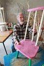 Malíř a scénograf Tomáš Paul, který žil poslední léta v Třeboni, zemřel 6. května 2015. Bylo mu 68 let. Na snímku z roku 2013 ve svém třeboňském ateliéru s jednou z židlí, které vyrobil.