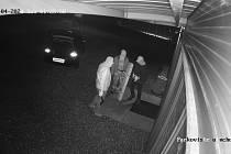 Kamery zachytily zloděje, kteří se vloupali 4. října do provozovny Superlevnapc v Ledenicích. Nepoznáváte je někdo?