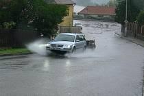 Redakční fotoaparát zachytil v sobotu v podvečer valící se vodu, kterou způsobila průtrž mračen, v jedné z ulic v Hluboké nad Vltavou.