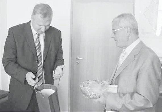 Náměstek hejtmana Robin Schinko (vlevo) předal albánskému velvyslanci dárky, aby mu připomínaly návštěvu  jižních Čech.