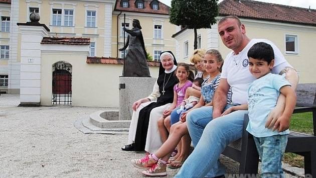 Muslimská rodina v bavorském klášteře.