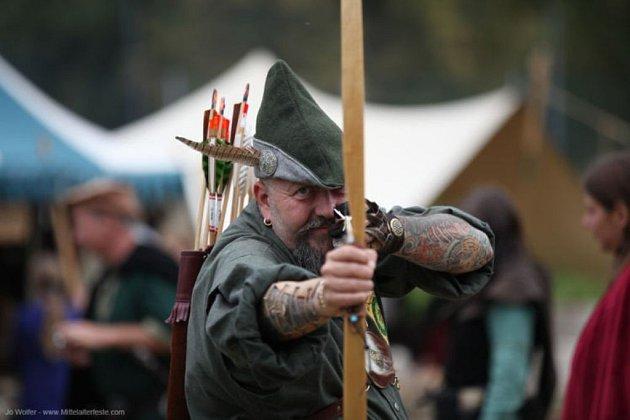 Rytíři brousí meče.