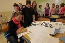 Přes 5000 lidí podepsalo studentskou petici, která protestuje proti sloučení dvou budějovických škol. Nebylo to však nic platné, usnesení včera odsouhlasili krajští zastupitelé.