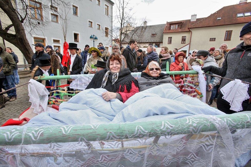 Zvony se vrátily a Hrkání přivedlo do centra Budějovic svatbu. Letošní Velikonoční neděle vyšla na Apríla. Obnovení svatebních slibů ale mysleli zúčastnění vážně.