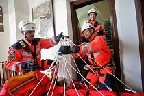 Jihočeská záchranka trénovala už tradičně na Černé věži evakuaci zraněného.