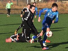 Roman Wermke v zápase Dynama s Blau Weiss Linec (0:0) uniká hostujícímu Juhani Pikkareinenovi.