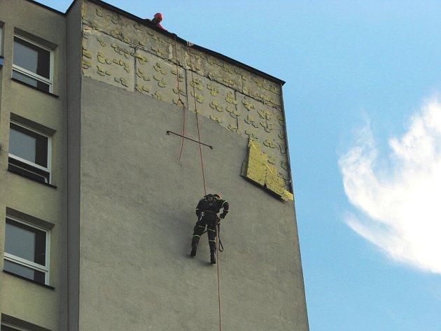 Uvolněnou izolaci na studenské koleji odstranili hasiči s pomocí lezecké techniky.