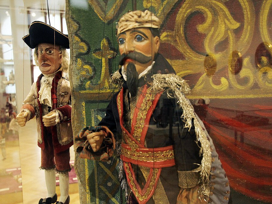 Jihočeské muzeum vystavuje do 31. srpna zajímavosti ze své sbírky loutek. Představuje například porcelánové loutky z první poloviny 19. století, se kterými se hrálo na zámku v Římově, i ukázky divadel či rekvizity.
