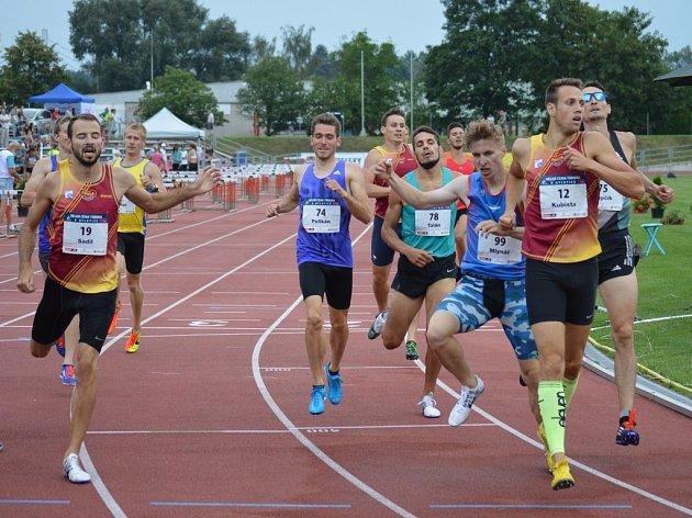 Běh na 800 metrů. Zcela vpravo je vítěz Jan Kubista. Číslo 74 má loučící se Jozef Pelikán