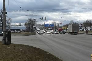 Ulice Na Dlouhé louce v Českých Budějovicích. Na snímku křižovatka s Husovou ulicí.