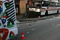 Srážka trolejbusu MHD a linkového autobusu v Průmyslové ulici v Českých Budějovicích