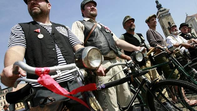 Do Putimi k bývalé četnické stanici zamířili v pátek v parném počasí na historických bicyklech od jihočeského muzea aktéři 14. ročníku Memoriálu Josefa Švejka. Cyklistický spolek Podšumavan v dobových kostýmech a uniformách rakouské c.k. armády vyrazil na