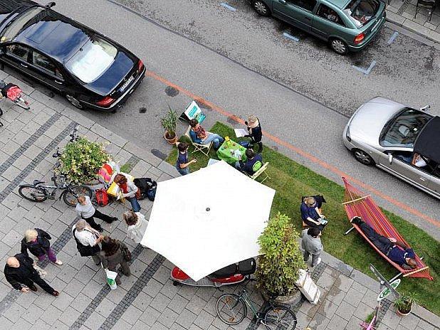 VMnichově parkovali lidé místo aut.