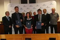 Zástupci ČSSD, hnutí Ano a Jihočeši 2012 podepsali ve středu večer koaliční smlouvu.
