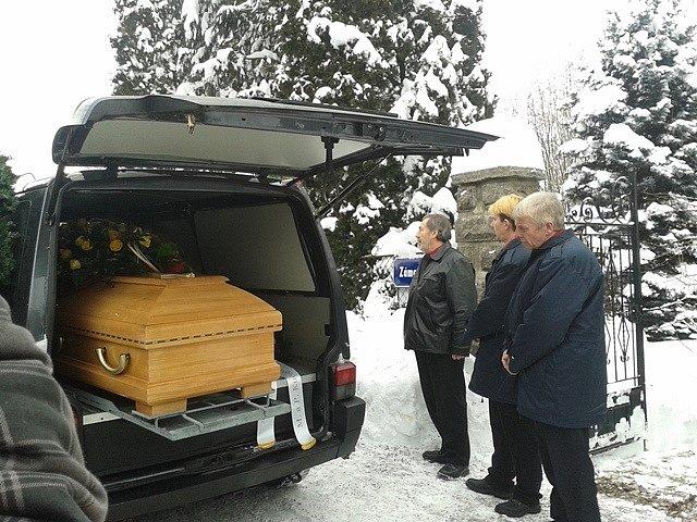 Pohřební vůz s rakví před vilou Jiřiny Jiráskové v Malenicích.