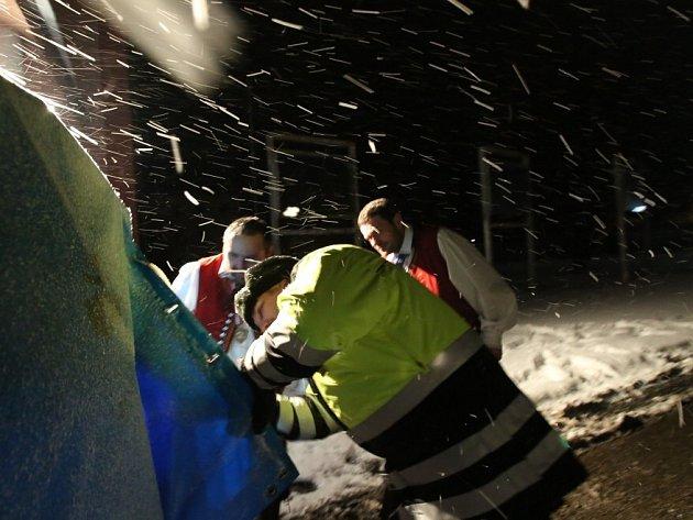 Policisté, kteří kontrolují auta na přechodu Dolní Dvořiště, zažívají mrazivé noci. Nejhorší pro ně je ledový vítr. Na snímku z neděle 17. ledna policista Radek Baštýř kontroluje auto české reprezentace v historickém lyžování.