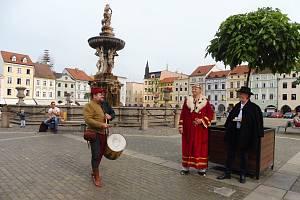 Na českobudějovickém náměstí pokřtil v pondělí 5. 8. Přemysl Otakar II. turistickou vizitku Umění ve městě.