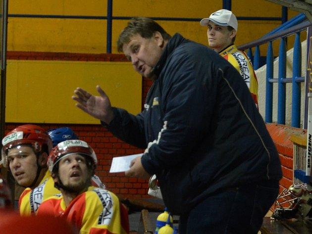 STŘÍDAČKA. Kouč Radomyšle Radek Volf dovedl své hráče až do play off.