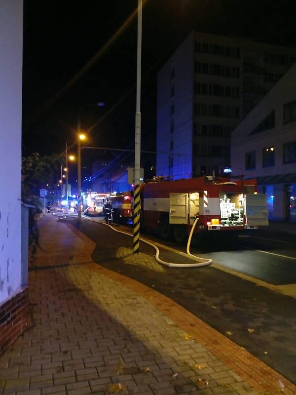 Objekt bývalého kabaretu v českobudějovické Průmyslové ulici v neděli večer zachvátil požár.