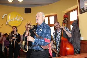 Jedinečnou tradici, zpívání koled na Štědrý den v doprovodu kapel, si nenechali ujít ani letos desítky hostů v restauraci Vatikán. Tradici započali stáli trampové od říčky Stropnice již dříve v Masných krámech.