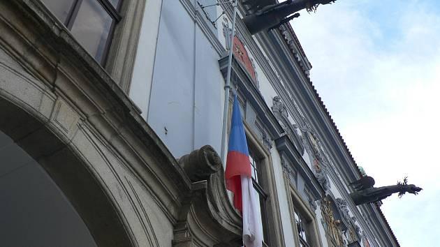 Úctu zesnulému Karlu Gottovi vyjádřilo i město České Budějovice. Státní vlajka byla stažena na budějovické radnici na půl žerdi již v pátek v 16 hodin. Na půl žerdi byly svěšeny všechny čtyři vlajky - česká, krajská, městská i Evropské unie.