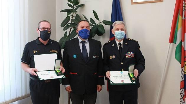 Medaile a pamětní listy předal ředitel Marek Slabý oceněným osobnostem individuálně kvůli aktuální epidemiologické situaci.
