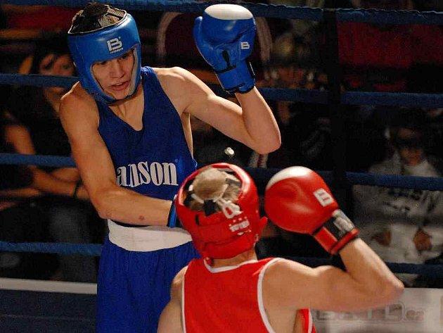 Jiří Štádler (vzadu)sice zkušenému Cichotskimu v zápase boxerů Samsonu s Ostravou (10:8) podlehl, výkonem ale rozhodně nezklamal.