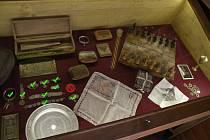 Devět na snímku označených předmětů, které zloděj ukradl v Českých Budějovicích, kdosi vrátil zpátky do Legiovlaku. Plaketa s podobiznou plukovníka Švece, označená přeškrtnutým kolečkem, ale stále chybí.