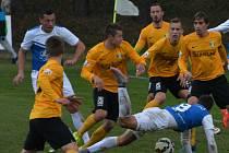 Fotbalisté Táborska to proti zhuštěné obraně Sokolova neměli snadné. Na snímku Slepička proti přesile, padá Džafič.