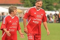 Herec Roman Skamene a fotbalová legenda Antonín Panenka v dresu Amfory patřili k ozdobám oslav 85 let fotbalu v Kamenném Újezdě.