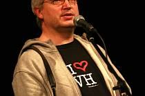 Na Václava Havla se vzpomínalo 24. února v třeboňském divadle. Na snímku fotograf Tomki Němec.