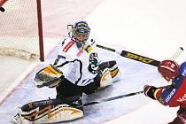 Jeden z nejsvětlejších okamžiků hokejistů HC Mountfield v úterním duelu s Mladou Boleslaví (2:3). Tomáš Vak zakončuje své sólo přesnou střelou od břevna do Schwarzovy branky a vyrovnává na 1:1.
