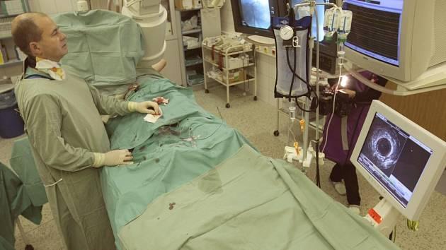 Ke zdárným a úspěšným operacím srdcí v současné době lékařům hodně vypomáhá nejmodernější technika, jako například  intravaskulární ultrazvuk.