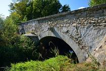 Bošilec, kamenný dvouobloukový most.