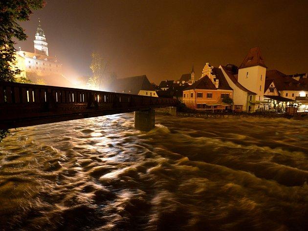 Rozbouřená Vltava v noci z 2. na 3. června pod lávkou u Plášťového mostu v Českém Krumlově. Voda v řece kolem půlnoci o pár centimetrů opadla.
