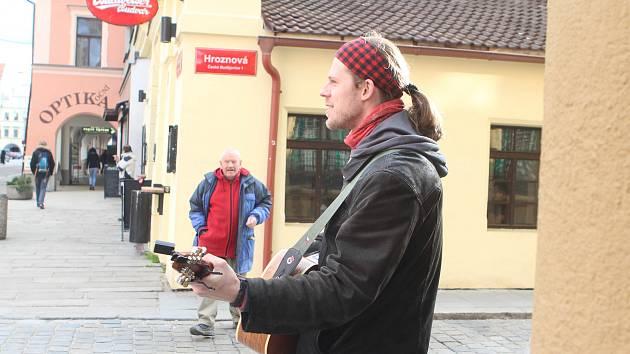 Honza Janda hraje a zpívá u Komerční banky. Vystupuje také v kavárnách i na svatbách.