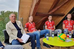 Volejbalisté Jihostroje jsou na startu nové sezony. Obhajovat budou mistrovský titul. Na snímku (zleva) prezident klubu Jan Diviš, Martin Mečkarov, Ondřej Piskáček a Radek Mach.