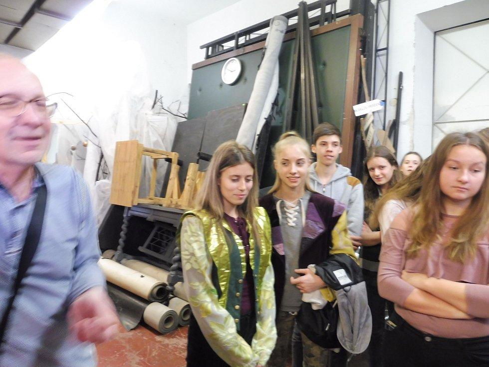 """Ve druhé části interaktivního programu Jihočeského divadla pro školy, školky, družiny i veřejnost provedl zákulisím divadla po """"bojovce"""" děti dramaturg opery František Řihout."""